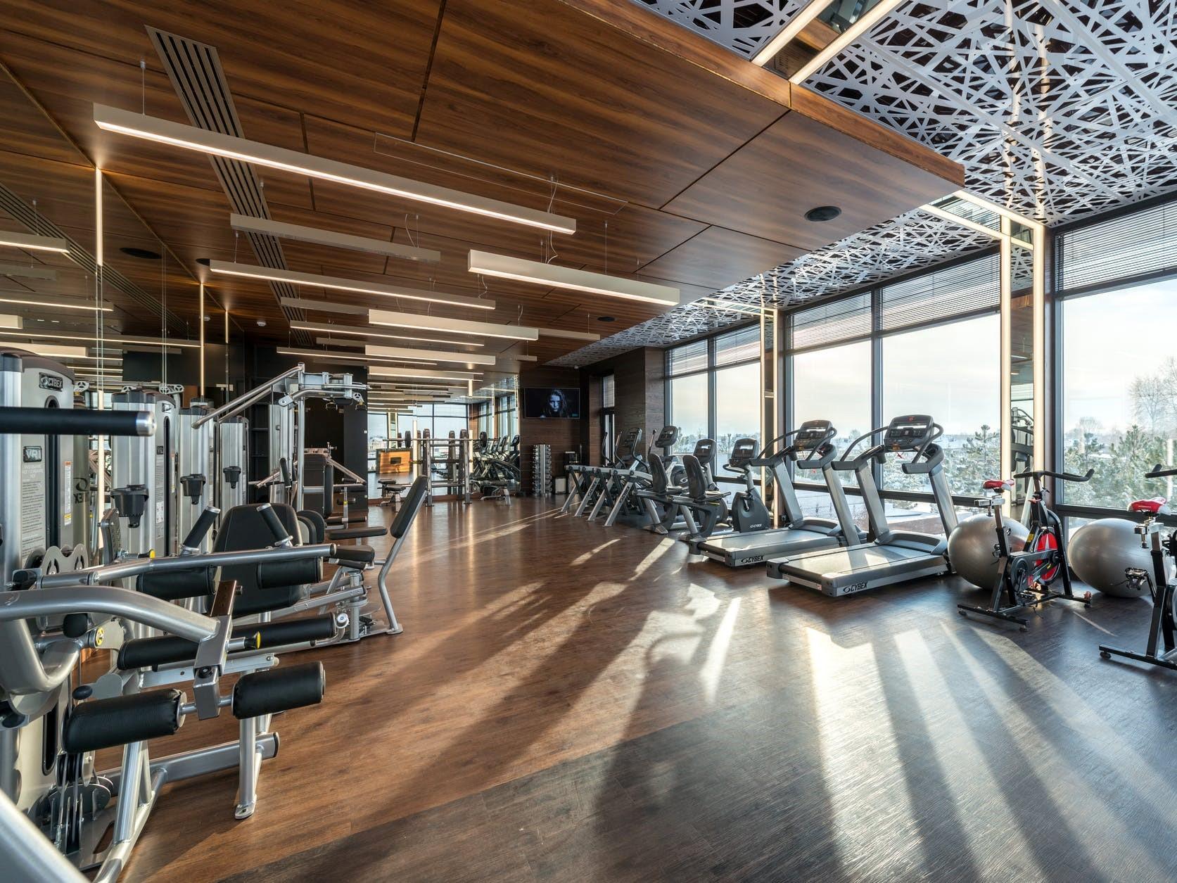 trening siłowy zamknięta siłownia jak ćwiczyć